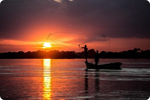 Pescadores_jogam_a_rede_num_lindo_final_de_tarde_acompanhado_com_um_belissimo_por_do_Sol_no_Vale_do_Sao_Francisco
